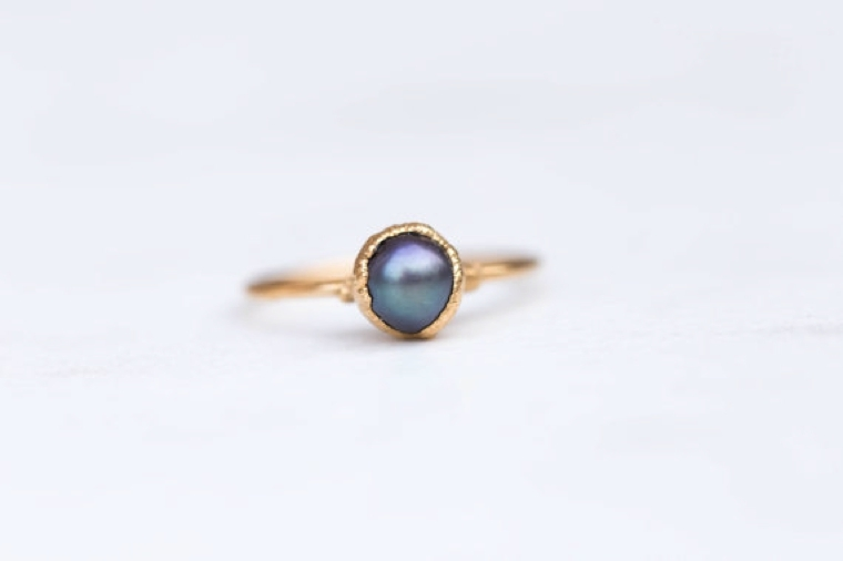 """ring-in-pearl-black """"width ="""" 760 """"height ="""" 506 """"srcset ="""" https://designmag.fr/wp-content/uploads/2018/03/bague-with-black-perle.jpg 760w, https://designmag.fr/wp-content/uploads/2018/03/bague-en-perle-noir-720x480.jpg 720w """"sizes ="""" (max-width: 760px) 100vw, 760px """"/></p> <h3 style="""