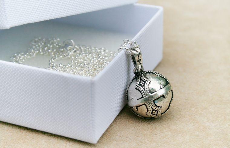 woman pregnant-idea-gift jewelry fathead pregnancy