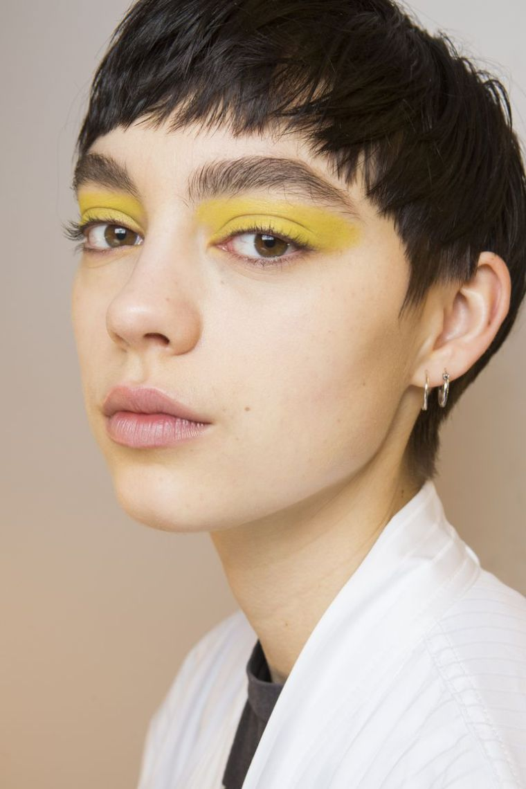 eye-makeup-a-eyelid-color-yellow