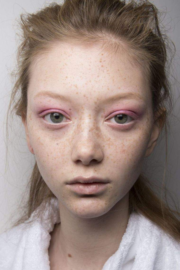 model-makeup-trend-face-color pink