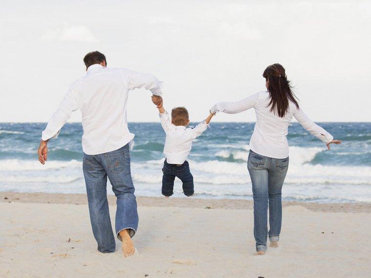 happy child parents behind