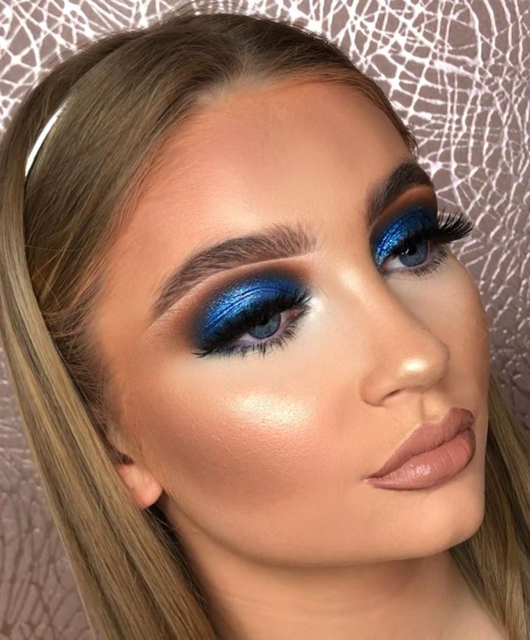 makeup with blue eyeshadows