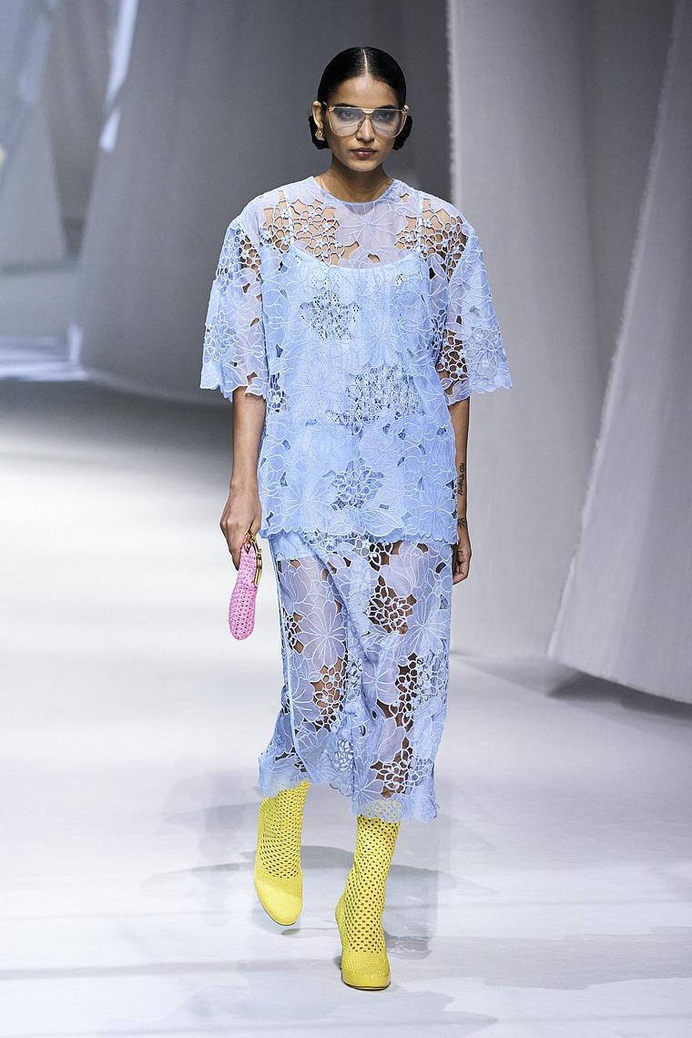 dentelle bleue robe semi-transparente