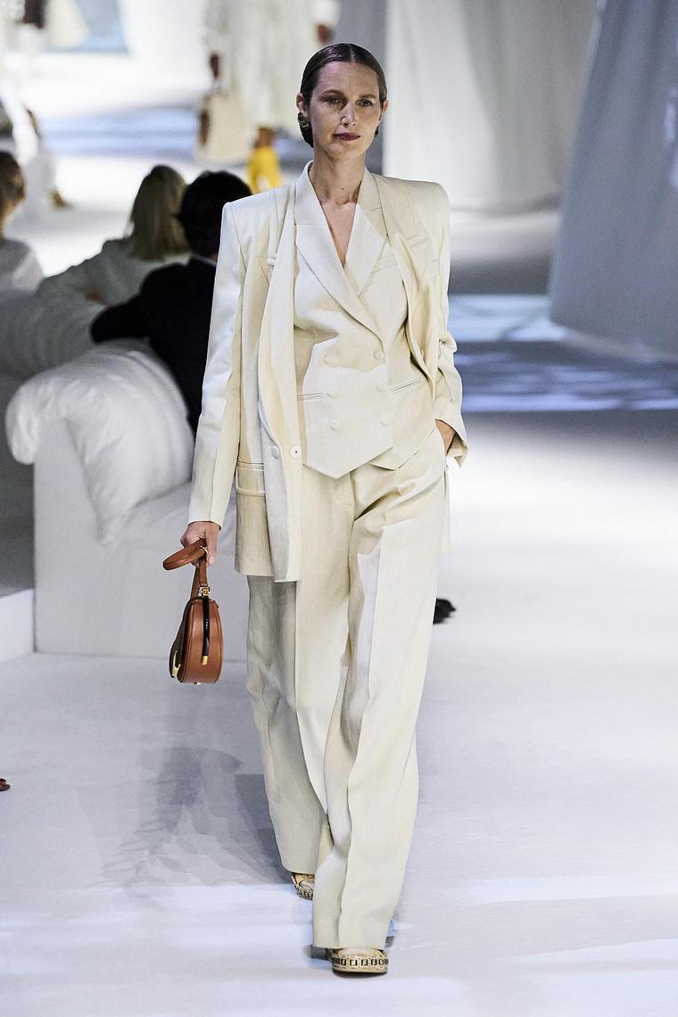 ensemble tailleur blanc léger négligé élégant