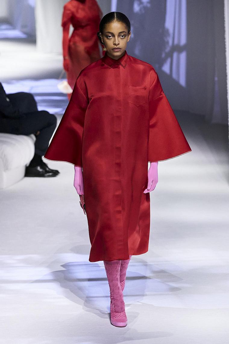 imperméable rouge chaussures roses fendi