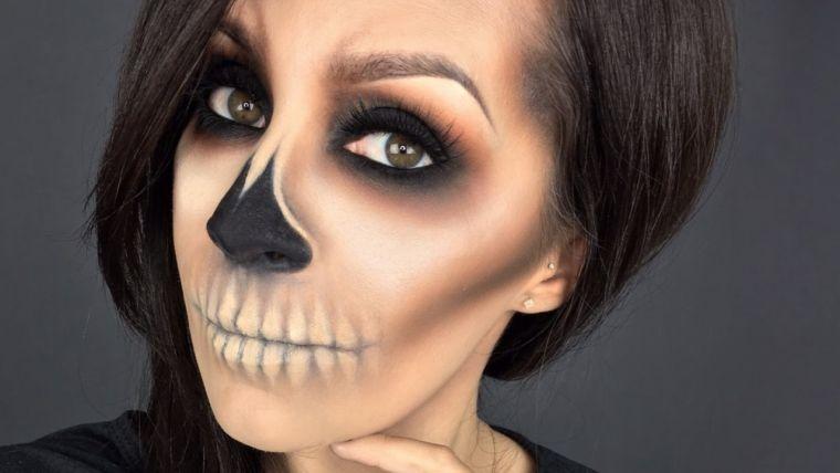 maquillage Halloween visage: squelette aux yeux fumés