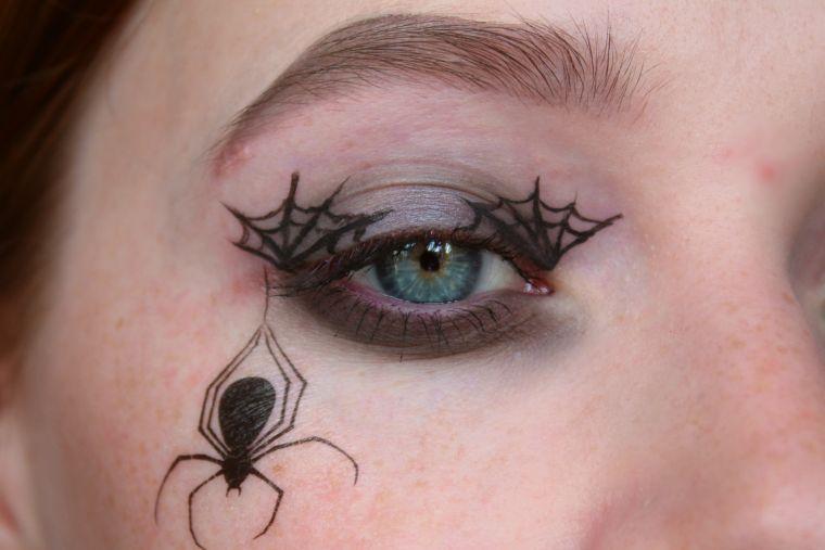 maquillage avec yeux d'araignée