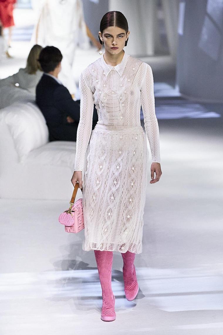 robe blanche éléments rose fendi