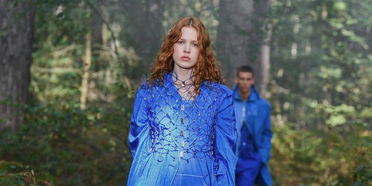 robe moderne en bleu par burberry