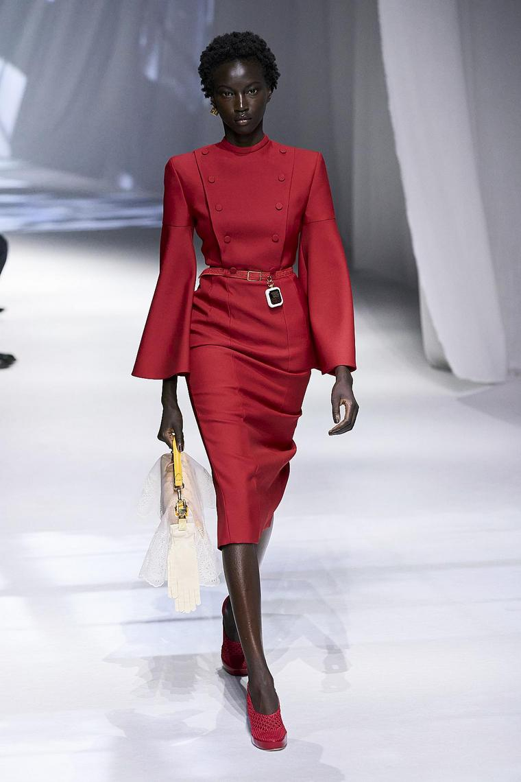 robe rouge moulée fendi