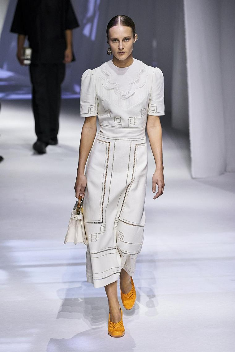 robe simplicité élégance blanc jaune