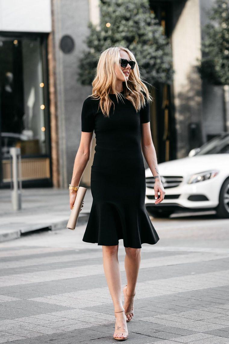 petite robe noire chic avec sandales