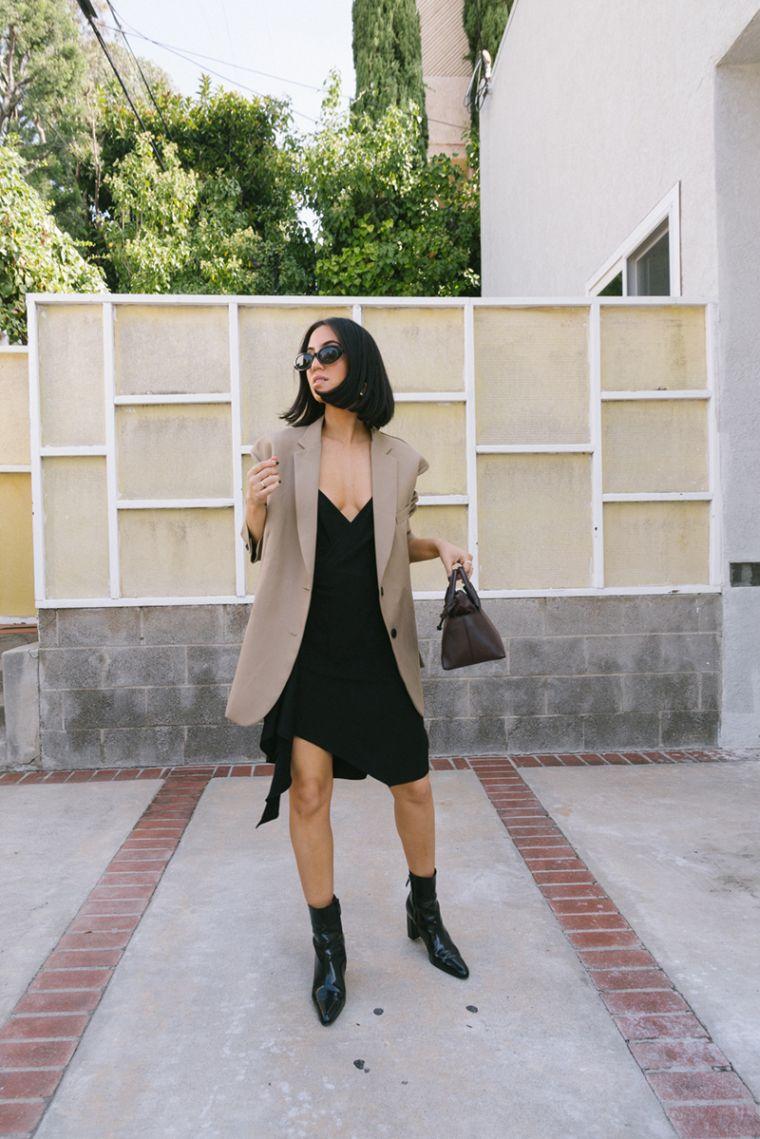 robe noire avec blazer beige