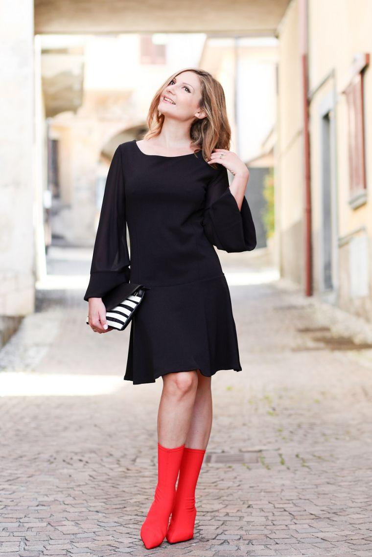 robe noire avec bottes rouges