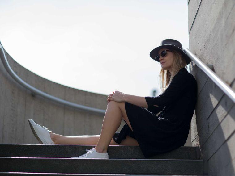 robe noire avec chapeau