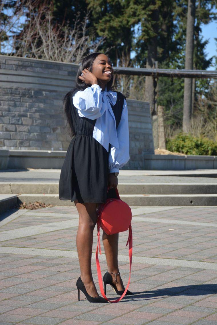robe noire avec sac rouge