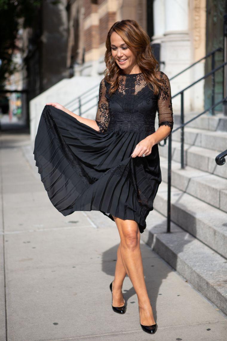 robe noire avec plissées et dentelle