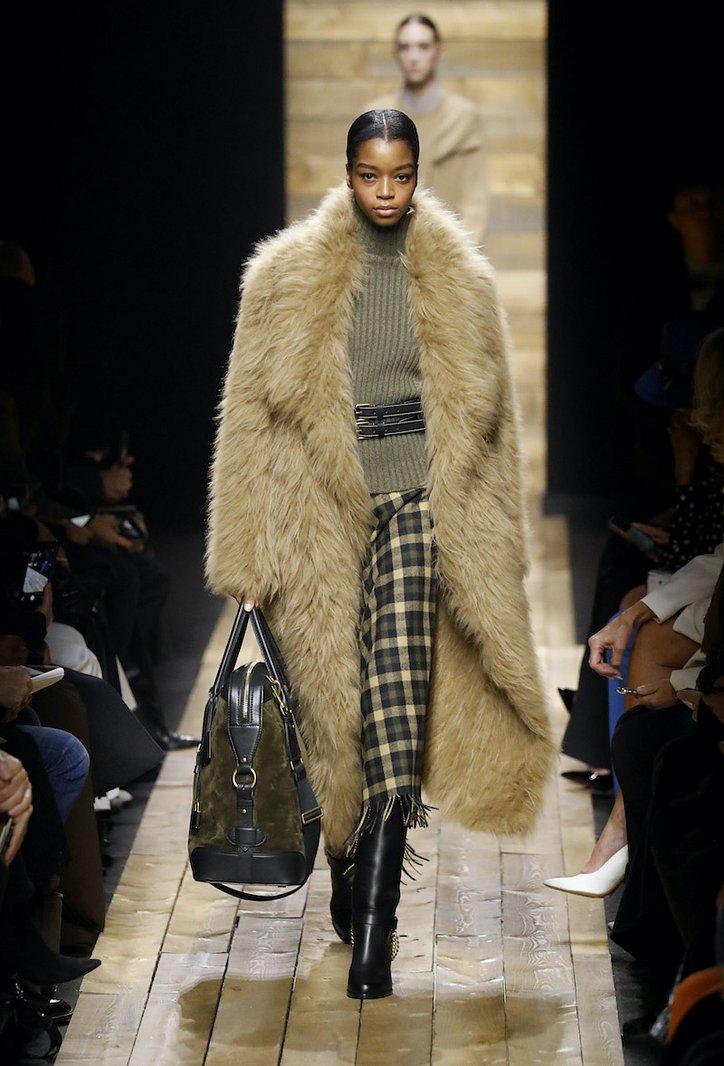 Fashionable fur coats 2021: main trends photo №24