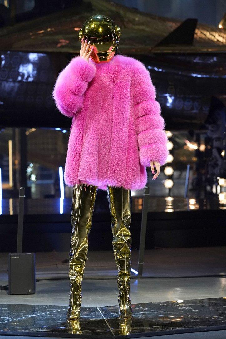 Fashionable fur coats 2021: main trends photo # 32