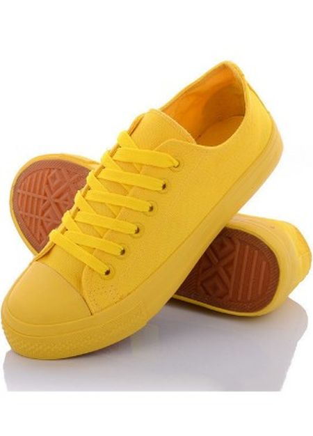 Yellow sneakers on the website of the online store Kasta