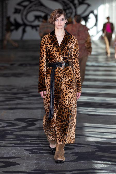 Long black belt with leopard coat