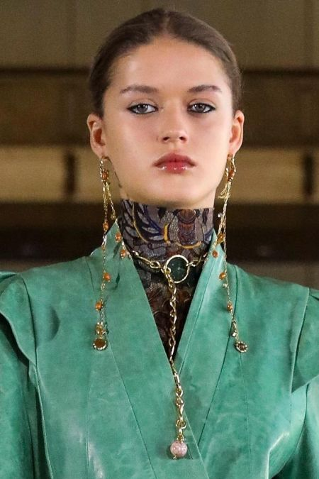 Accessories with chains - fall 2021 fashion trend