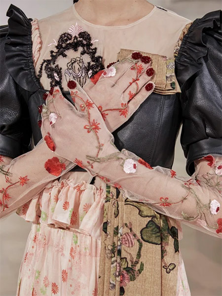 Gloves in the Simone Rocha fall-winter 2021-2022 collection