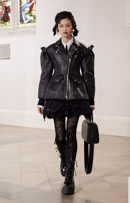 Black bag with wide belt - a fashion accessory fall-winter 2021