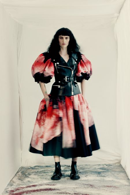 Thick cropped bangs with medium curls Alexander McQueen FW 2021-2022